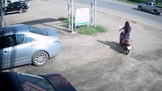 Repeat youtube video นาทีระทึก! มอเตอร์ไซค์เสียหลักพุ่งชนรถกระบะ