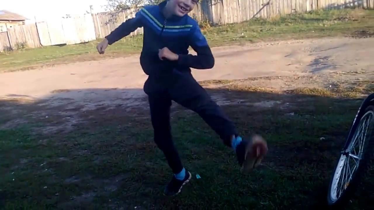 школьник танцует стрептиз