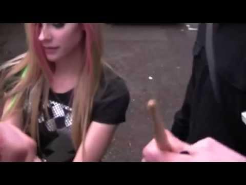 Avril Lavigne - Proibido de toca-la tira fotos com fãs no Brasil