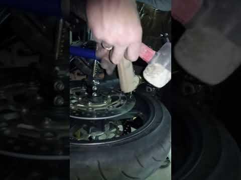 Honda CBR 600 RR лечим биение тормозных дисков своими руками.