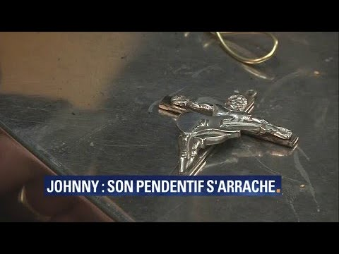 le pendentif de johnny hallyday cartonne aupr s des fans youtube. Black Bedroom Furniture Sets. Home Design Ideas