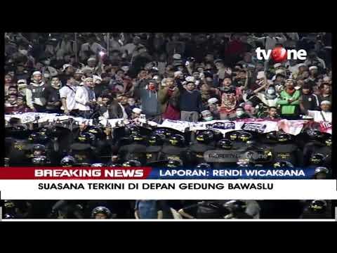 [BREAKING NEWS] Massa Aksi Bersorak-sorai Di Depan Gedung Bawaslu