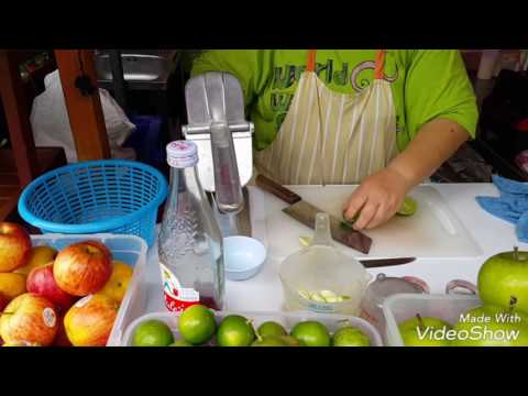 ร้านอู้ฮู ปั่นจัง สาธิตการทำน้ำแอปเปิ้ลมะนาวปั่น (Green apple and lime smoothie)