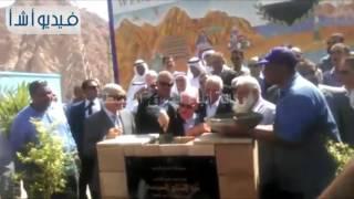 """بالفيديو: وزير النقل يضع حجر الأساس لمشروع رفع كفاءة طريق ''دهب   نويبع"""""""
