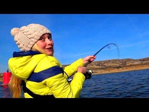 ЭТА РЫБА ЧУТЬ НЕ УТАЩИЛА ЕЕ С ЛОДКИ!!! ЕЕ АЖ ТРЯСЛО  рыбалка в ноябре 2019