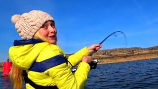 ЭТА РЫБА ЧУТЬ НЕ УТАЩИЛА ЕЕ С ЛОДКИ ЕЕ АЖ ТРЯСЛО рыбалка в ноябре 2019