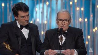 Ennio Morricone (91) overleden: bekijk hoe hij Oscar wint voor The Hateful Eight