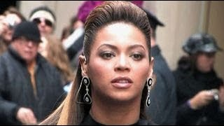 Gambar cover Beyonce performing at Rockefeller Plaza in New York City
