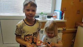 Учимся готовить. Вика и Оля помогают маме.