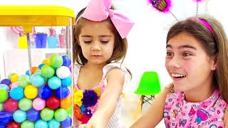 Nastya Artem y Mia juega con dulces