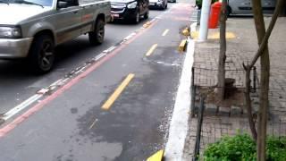 Cidadão limpa a ciclovia destruída pela Nittrans