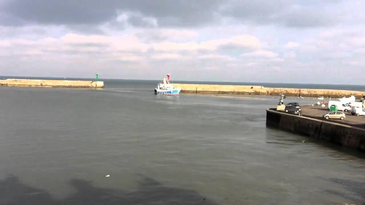 Les chalutiers rentrent au port de port en bessin youtube - Poissonnerie port en bessin ...