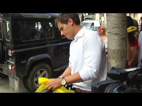 Rivera y Arrimadas retiran lazos amarillos en Alella (Barcelona)