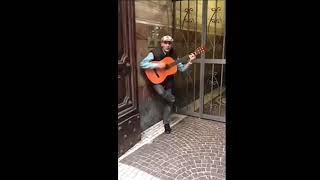 Музыка из старых вестернов в исполнении одного человека. Достойно лайка!)