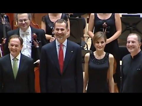 Sus Majestades los Reyes saludan a los músicos en el Auditorio
