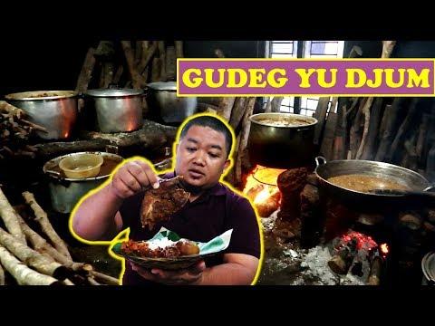 gudeg-yu-djum-ini-masaknya-masih-pakai-kayu-bakar---kuliner-yogya