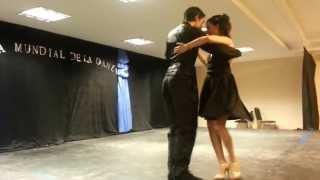Bárbara y Cristian bailan