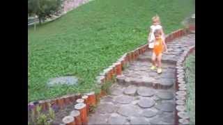 Прогулка на источнике. Делаем зарядку. Видео для детей.(Наша веселая семейка гуляет на источнике, набирает воду, выполняет физические упражнения. JOIN VSP GROUP PARTNER..., 2015-08-11T14:45:15.000Z)