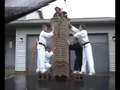 Karate công phá Tay không chặt vỡ 35 viên gạch