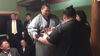 逸ノ城関と湊部屋へ巨大ケーキをプレゼント。 九州場所お疲れさまでした.