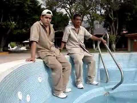C mo se limpia una alberca youtube for Como mantener una piscina limpia