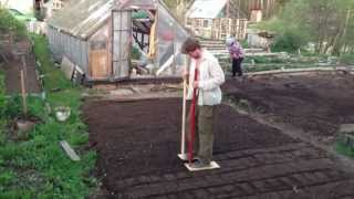 Утрамбовываю землю после посадки газона(, 2013-05-26T19:22:02.000Z)