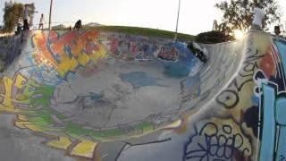 Boloss fait du scooter dans le skatepark de Marseille. Ok...