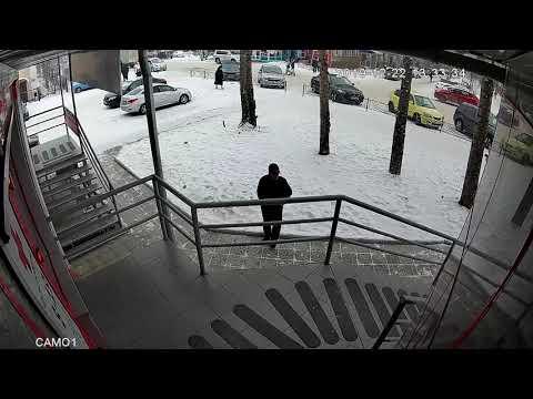 Полиция Минусинска просит откликнуться очевидцев нападения на пожилую женщину