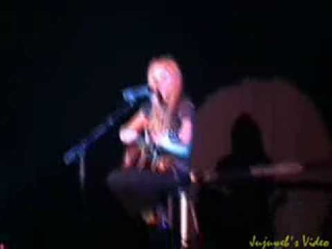 Avril Lavigne Fall To Pieces live acoustic 2004