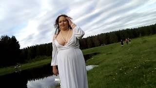 Свадебная фотосессия  у воды. Шаловливые школьники. Я в фате и белом платье.