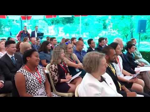 Ora News -  Gjuha shqipe, mesazhi i bukur i Donald Lu për vullnetarët amerikanë