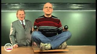 Человек с гантелями на скамье Жуковского
