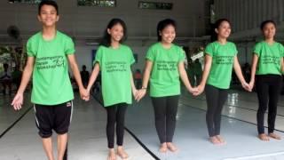 Emmanuelle Huynh guide les jeunes des ONG au travers de la danse