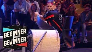 Sportholzfällen: Dirk Braun auf wackeligem Schreibtischstuhl | Beginner gegen Gewinner | ProSieben