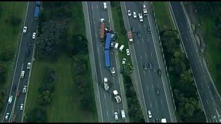 Multi-vehicle crash on Monash Freeway closes Melbourne road