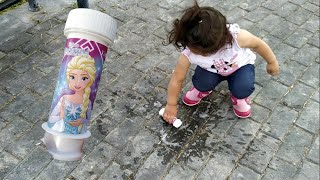 Ayşe Ebrar Elsalı Baloncuk Makinesinin Suyunu Döktü Yere Attı. Eğlenceli Çocuk Videosu