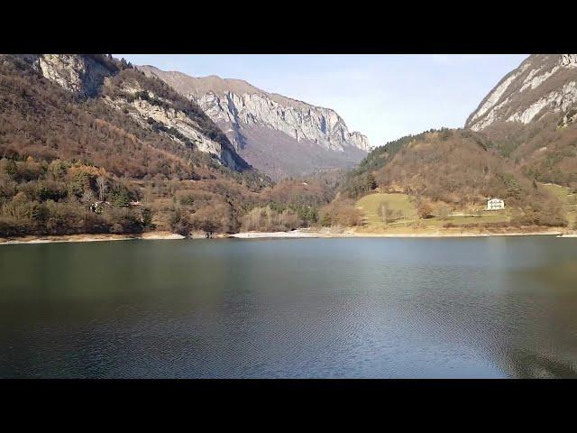 Tenno: il lago azzurro e il borgo medioevale