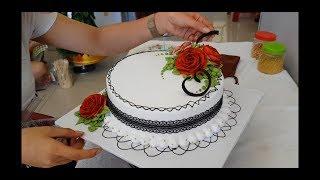 Bánh kem trang trí với ruy băng ren - Cream cake decorated with lace ribbon