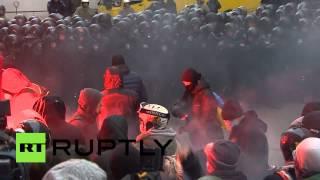 Для защиты администрации президента Украины милиция применила светошумовые гранаты и газ