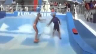 sexy chica en bikini se cae en olas artificiales