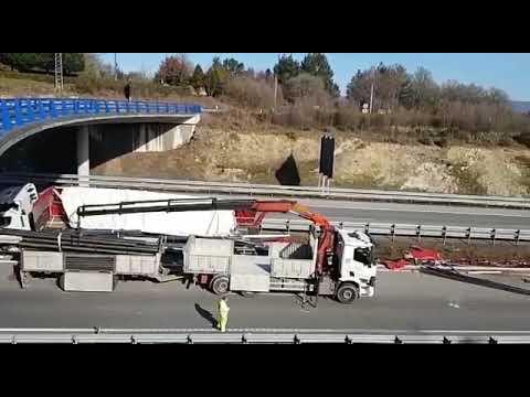 Retiran la carga del camión accidentado en la A-8