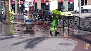 Как в Европе моют улицы с мылом и щетками.