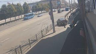 В Туле легковушка въехала в кофейню: момент ДТП попал на запись камеры наблюдения