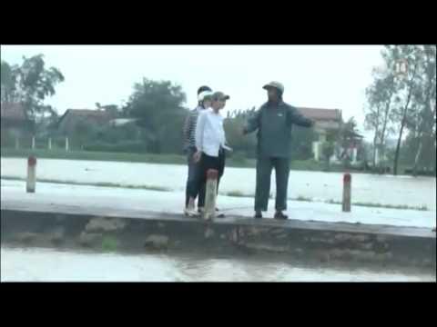 VTC14_Phú Yên: Mưa lớn gây ngập lụt, học sinh liều mình vượt lũ đến trường