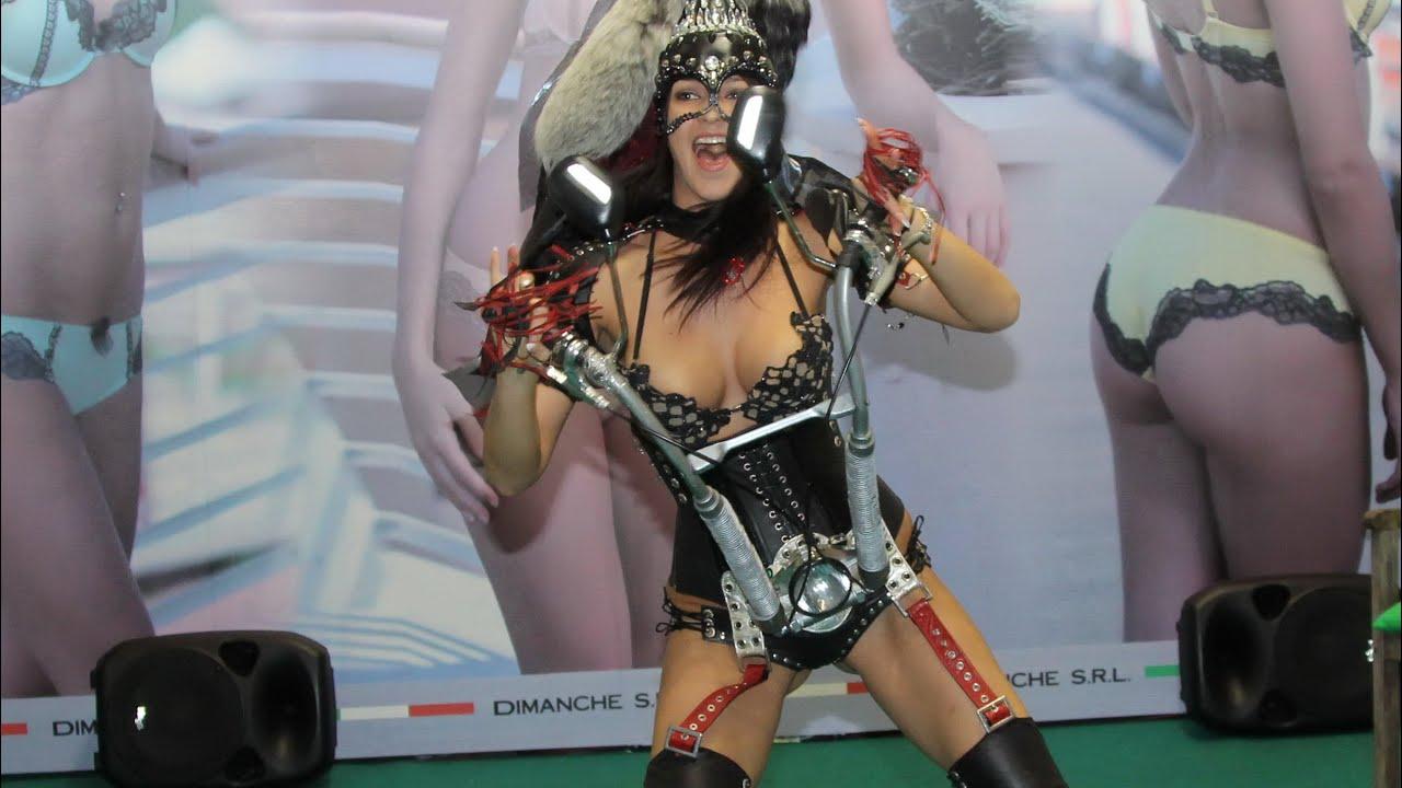 Демонстрация моды раздевалка моделей видео фото 227-710