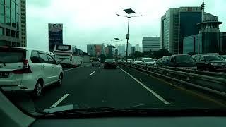 Suasana Jalan Toll di Jakarta Siang hari
