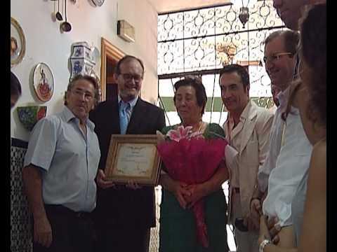 Fomento de Torremolinos entrega la Medalla al Mérito Turístico a la propietaria del Hostal Micaela