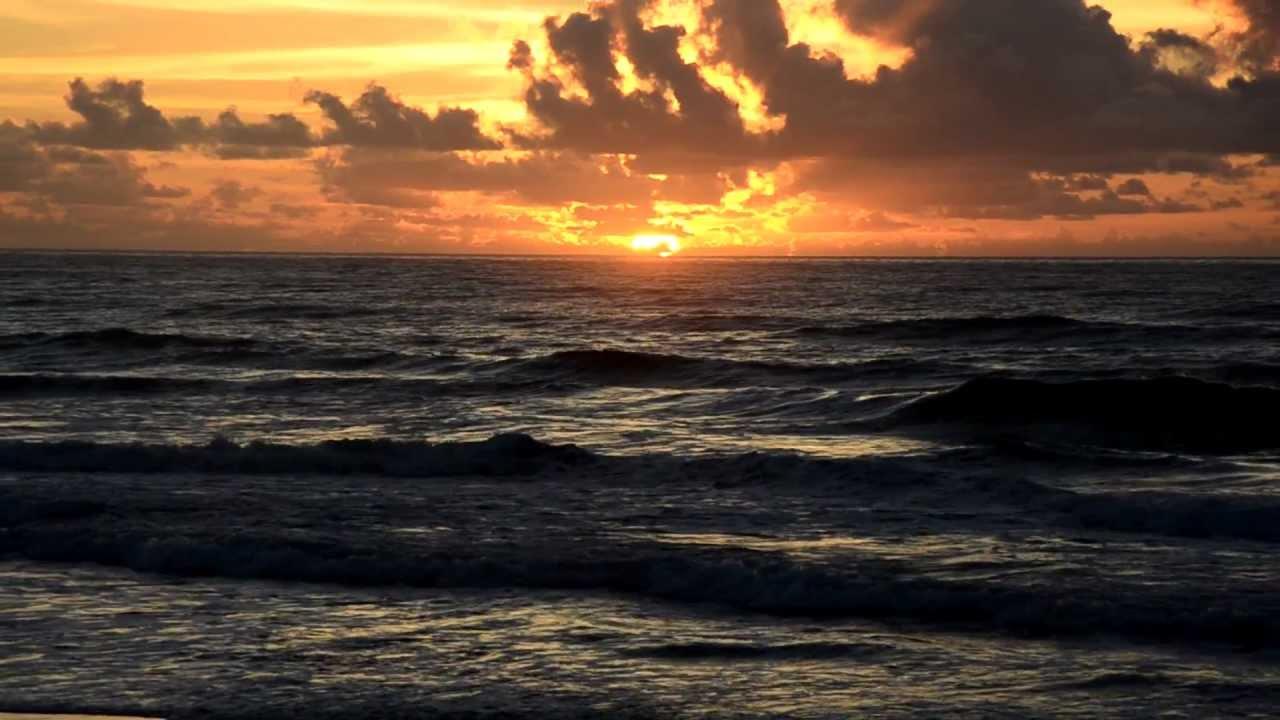 Resultado de imagem para imagens do sol nascendo no mar