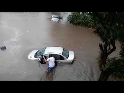 Temporal en Mar del Plata: un auto quedó bajo el agua y su conductora tuvo que ser rescatada