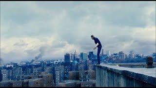 Вертолет спасает Джерри и его семью на крыше от зомби. Война миров Z